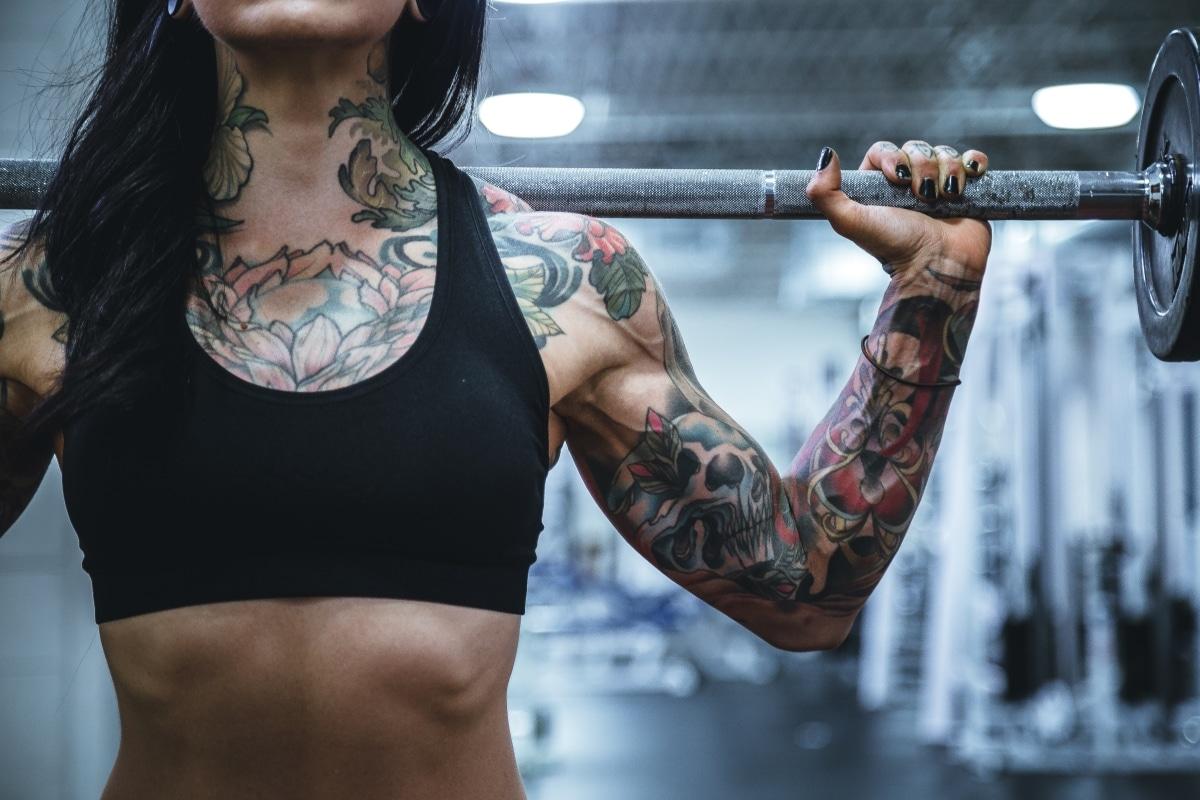 Una donna si sta allenando con un EMOM.