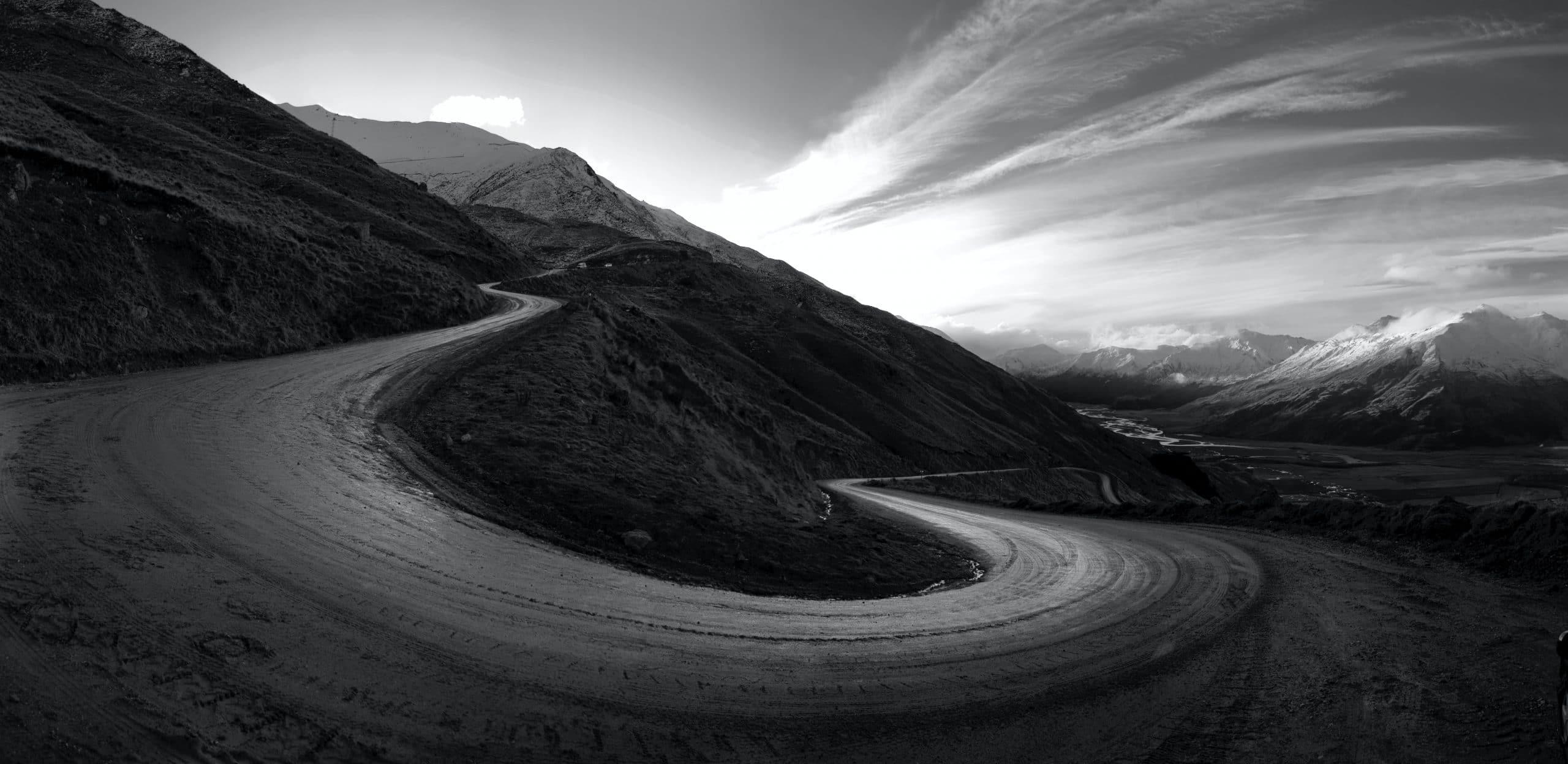 Una strada di montagna in ripida salita.