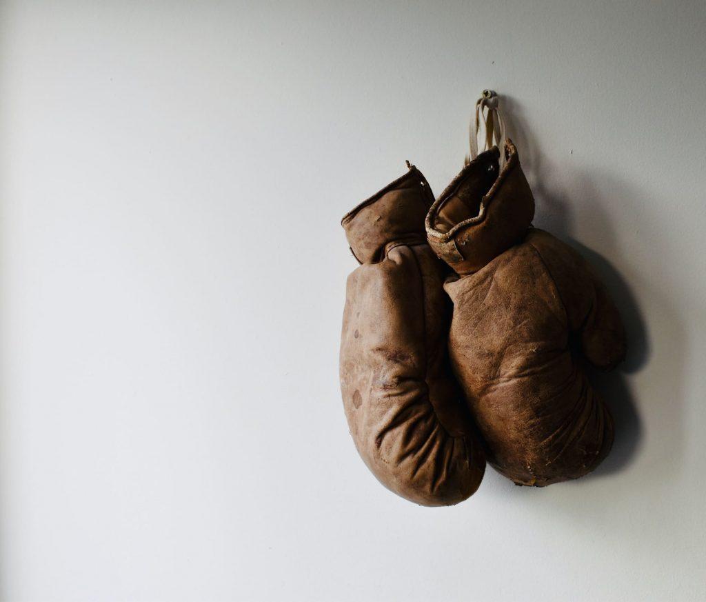 I guantoni di Muhammad Ali appesi al muro.