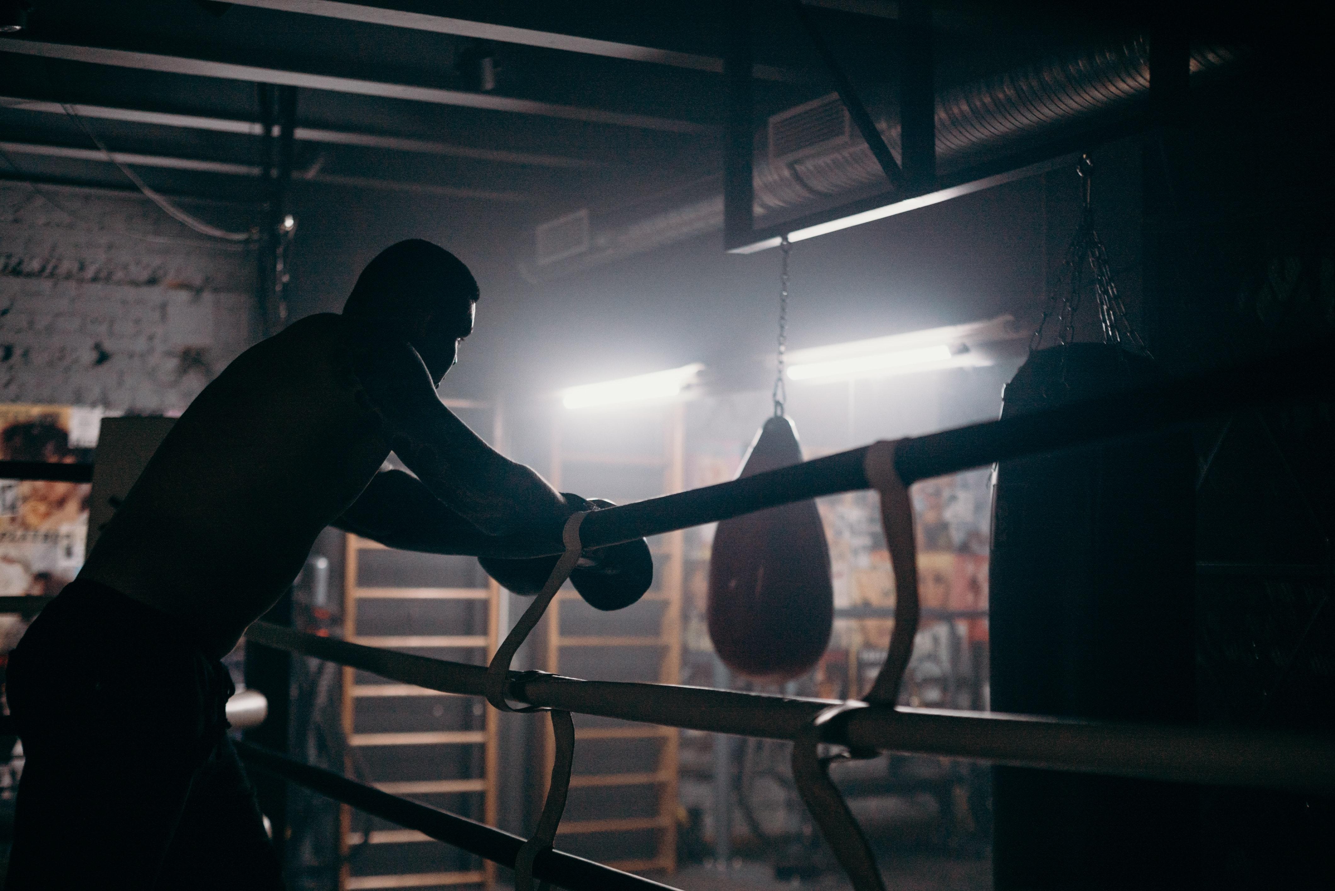 Muhammad Ali a bordo del ring appoggiato sulle corde.